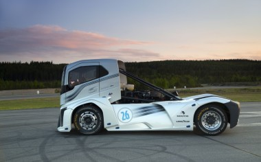 """The Iron Knight"" de Volvo Trucks rompe récord mundial en velocidad con llantas Goodyear"