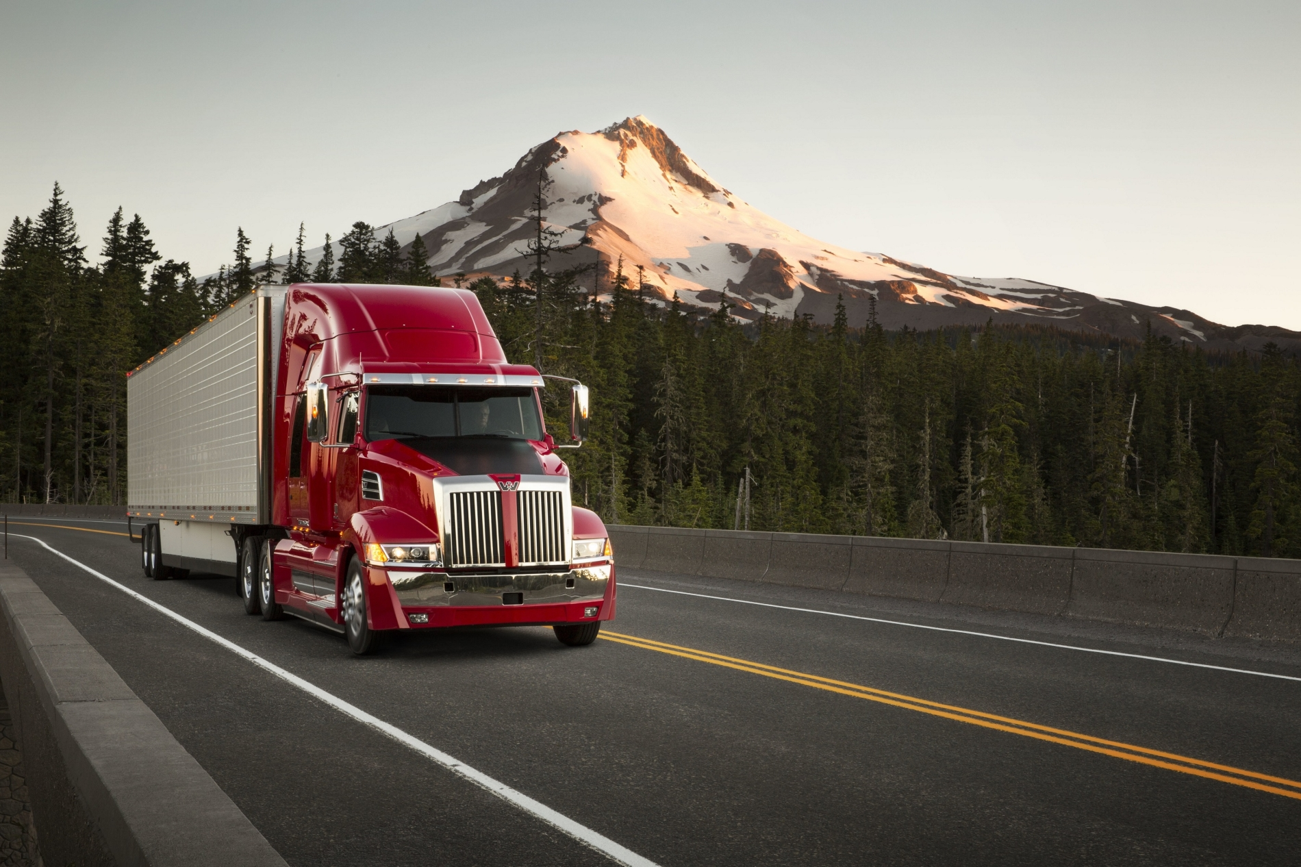 Daimler Trucks celebra aniversarios de Freightliner y Western Star