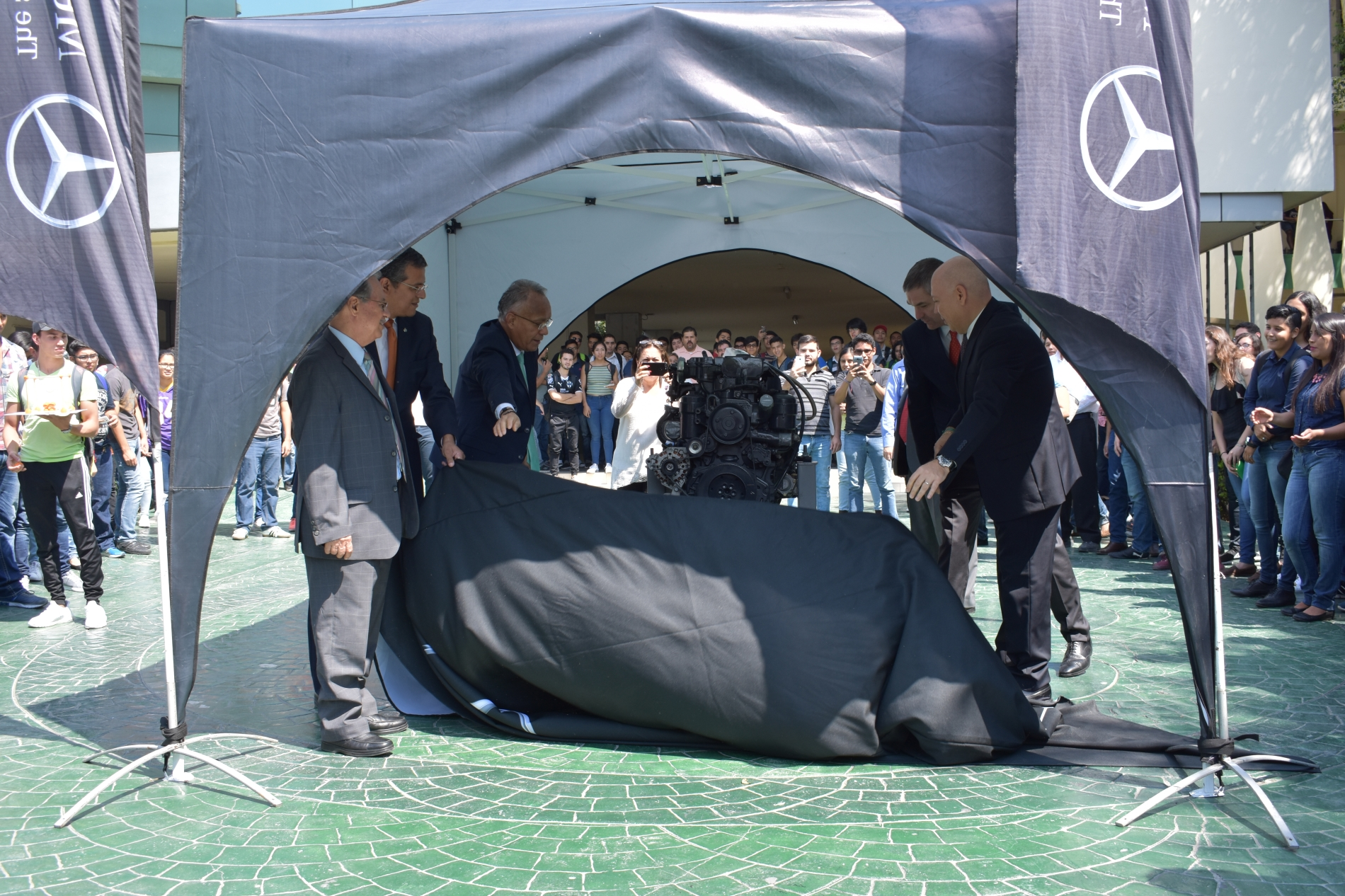 Mercedes-Benz Autobuses dona motor BlueTec 5 a la UANL