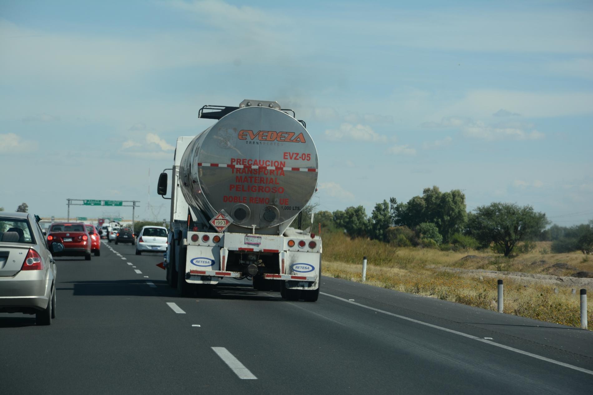 Comienzan transportistas de CANACAR distribución de combustibles en autotanques